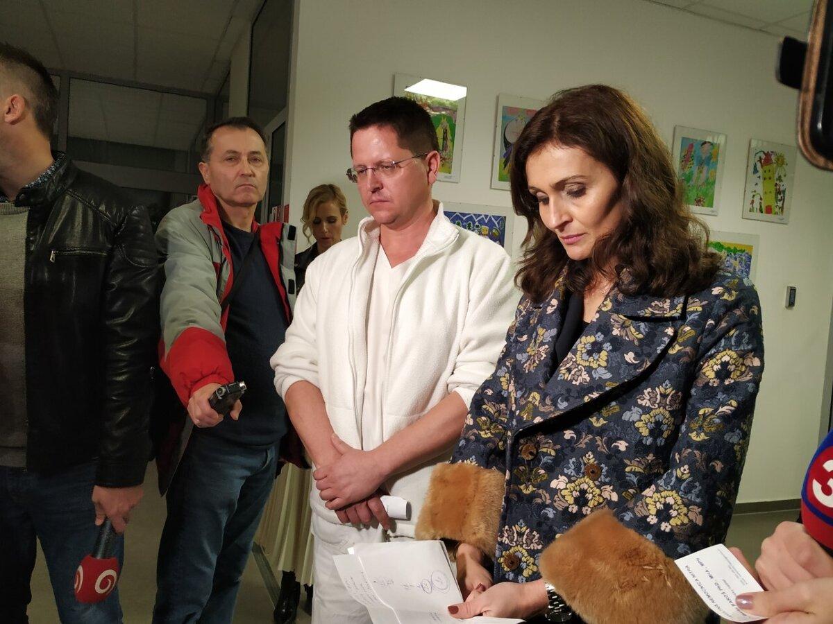 Včera nemocnicu navštívila aj ministerka zdravotníctva Andrea Kalavská, na fotke s medicínskym Mariánom Bakošom. (Zdroj Dominika Cunevová)
